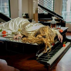 Rébecca Balestra, Piano bar, 2019 © Sheila Balestra