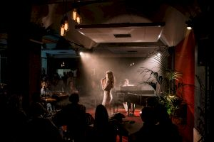 <p>Rébecca Balestra, Piano bar, 2019 © Niels Ackermann</p>