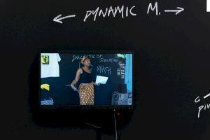 <p>Senam Okudzeto, The Dialectic of Jubilation; Afro Funk Lessons, (2002–2005), acrylique sur papier, peinture et dessins de craie, dimensions variables, vidéo, 4:3, 9:47 min. Vue d'exposition à la Kunsthalle, Bâle, 2019, photo par Nici Jost. Courtesy de l'artiste.</p>