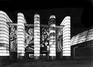 Robert Delaunay La façade principale du Palais des chemins de fer et le hall tronconique du Palais de l'air vus de nuit, 1937 © Centre Pompidou