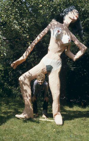 <p>Doris Stauffer Démonstration_Misswa(h)l, Doris dans jardin, 1969 © Schweizerische Nationalbibliothek, Graphische Sammlung: Archiv Serge und Doris Stauffer</p>