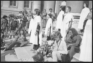 Les Tréteaux Libres devant la câthedrale St Pierre 16.5.1971, CIG, Fonds Mick Desarzens — © Centre culturel suisse. Paris