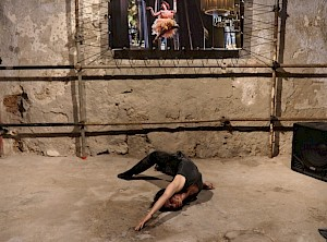"Cindy Van Acker, Knusa, solo dans l'exposition ""Insert Coins"" de Christian Lutz / © Christian Lutz"
