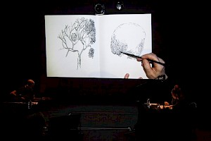 Karoline Schreiber draws while Anders Guggisberg is playing music  / Photo : Simon Letellier — © Centre culturel suisse. Paris