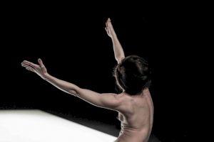 <p>Yasmine Hugonnet, Le Récital des Postures / Photo: Anne-Laure Lechat</p>