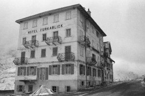 <p>Hôtel Furkablick, volets de Daniel Buren © Audi Aufdermauer</p>
