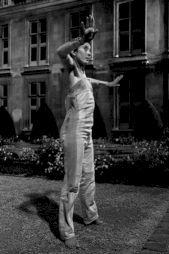 """<p>Julia Cima, """"Danse hors-cadre"""" dans les jardins du musée Carnavalet / Photo: Eduardo Serafim pour le CCS</p>"""