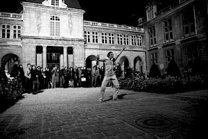 Julia Cima dans les jardins du Musée Carnavalet / Photo: Eduardo Serafim pour le CCS — © Centre culturel suisse. Paris