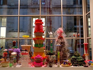 La table des offrandes / Photo: Gerda Steiner & Jörg Lenzlinger — © Centre culturel suisse. Paris