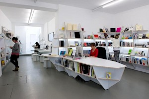 Jakob+MacFarlane, système mobilier: espace librairie du Centre culturel suisse, 2010 / Photo: D.R. — © Centre culturel suisse. Paris