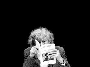 """""""La Commissaire chantante"""" / Photo: Eduardo Serafim — © Centre culturel suisse. Paris"""