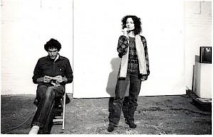 Peter Van Riper (gauche) et Simone Forti (droite) performent au Hallwalls, Buffalo, USA, 1978 / Photo: D.R. — © Centre culturel suisse. Paris