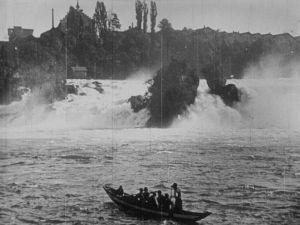 <p>318) Chute du Rhin vues de loin Opérateur: [Constant Girel Date: 29 septembre 1896 Lieu: Suisse, Neuhausen am Rheinfall, chutes du Rhin. © Association frères Lumière</p>