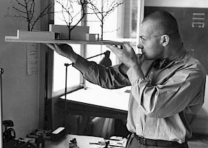 Ernst Scheidegger, Max Bill avec la maquette du pavillon suisse de Venise, 1951  / © D.R.