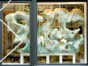 <p>Mélodie Mousset et Tatiana Rihs, sans titre, 2008 Vue de l'installation dans la vitrine du 32, rue des Francs Bourgeois / Photo: D.R.</p>