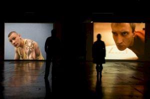 <p>Ten Men de Mark Raidpere - Vue de l'exposition à l'Espace Croisé, Roubaix, courtesy galerie Michel Rein, Paris / Photo: D.R.</p>
