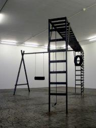 """<p>""""Pas d'oiseaux"""" (2005), bois carbonisé, cordes, pneus, 244x350x500cm, Centre d'art contemporain, Genève / Photo: D.R.</p>"""