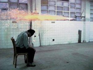 """<p>""""Aktion mit einer Rakete"""", 1995 Bilbao (Espagne)  / Videostill © Aleksandra Signer</p>"""
