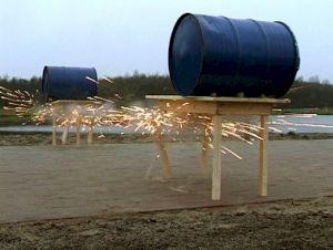 """<p>""""Zwei Tische mit Fässern"""", 2000 Zeewolde (NL)  / Videostill © Aufdi Aufdermauer/videocompany.ch</p>"""