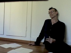 <p>Manfred Werder dans son studio en 2010 / Capture vidéo (source Youtube)</p> — © Centre culturel suisse. Paris