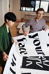 François Rappo et une étudiante / Photo: D.R. — © Centre culturel suisse. Paris