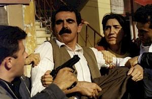 """<p>Esen Izik, """"Babami Hirsizlar Caldi"""", 1999 / Capture vidéo © Esen Izik</p>"""