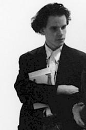 """Hans Ulrich Obrist, co-commissaire de l'exposition """"Oh! cet écho"""" au CCS en 1992 (vernissage) / Photo (détail): Alain ceyssac — © Centre culturel suisse. Paris"""