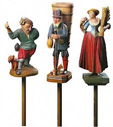 <p>Groupe de marmousets: vigneron ivre, brantard et glaneuse XVIIIe siècle</p>