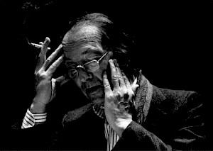 """<p>Armand Abplanalp interpretant """"Une main"""" de Charles-Ferdinand Ramuz, accompagné par Léon Francioli sur la scène du CCS en mars 1989 / Photo: Katrin Bötzel</p>"""