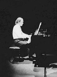 Gérard Wyss sur la scène du CCS lors d'un concert en octobre 1989 / Photo: D.R. — © Centre culturel suisse. Paris