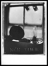 """Robert Frank """"Pablo's bottle at Bleeker Street, NYC, 1973 (carton de l'événement) / © Robert Frank, courtesy PaceWildenstein MacGill"""