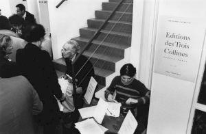 <p>François Lachenal distribuant des livres au CCS / Photo: Florisa Haerdter</p>