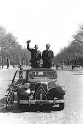 """René Burri, """"Champs-Élysées, en attendant la reine d'Angleterre, 1957 — © Centre culturel suisse. Paris"""