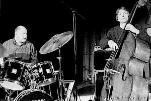 Daniel Humair Humair et J.-F. Jenny Clark lors d'une représentation en mars 1993 à Nogent le Rotrou, France / Photo: Damien Lefèvre — © Centre culturel suisse. Paris
