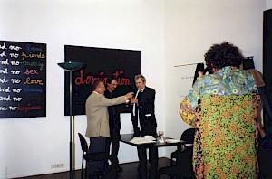 """Pierre Keller, Daniel Jeannet et Ben dans l'exposition """"Une histoire de cul ture"""" (vernissage) / Photo: D.R. — © Centre culturel suisse. Paris"""