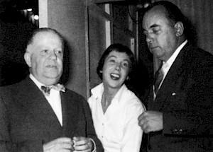 Gilles et Urger entourant Béatrice Moulin, chanteuse, en 1956 / Photo: D.R. — © Centre culturel suisse. Paris