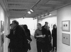 <p>Daniel Spoerri et Fredi Murer dans l'exposition de Markus Raetz / Photo: Olivier Meylan</p>