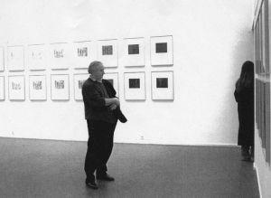 <p>Fredi Murer dans l'exposition de Markus Raetz / Photo: Olivier Meylan</p>
