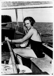 """<p>Ella Maillard à la Barre de """"Perlette"""" / Recto du carton d'invitation nominatif / Photo: D.R.</p>"""