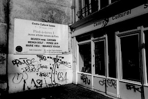 Vitrine et panneau du CCS, rue des Francs-Bourgeois / Photo: D.R. — © Centre culturel suisse. Paris