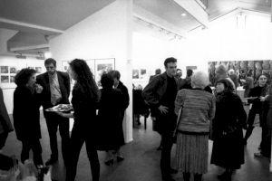 """<p>Instant de convivialité dans l'exposition """"Nouveaux Itinéraires"""", lors une soirée du cycle """"Les Débordants (…)"""" / Photo: D.R.</p>"""
