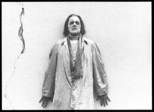 """<p>François Simon dans """"La mort du directeur de cirque de puces"""" de Thomas Kœrfer (carton de l'évènement)</p> — © Centre culturel suisse. Paris"""
