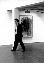"""Bernard Comment dans l'exposition Rolf Iseli, à l'occasion de la soirée """"Autour de Bernard Comment"""" / Photo: D.R. — © Centre culturel suisse. Paris"""