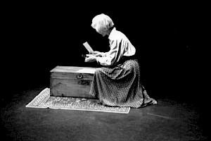 Éléonore Hirt lit ses amis écrivains / Photo: Aline Kundig — © Centre culturel suisse. Paris