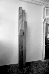 "<p>Charles de Montaigu ""M. LXIX"", iroko, frêne, H. 326cm, 1988 / Photo: Jean Mohr</p>"