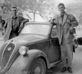 """<p>Thierry Vernet (à gauche), Nicolas Bouvier et leur Topolino, à l'époque de """"L'Usage du monde"""" / Photo: D.R.</p> — © Centre culturel suisse. Paris"""