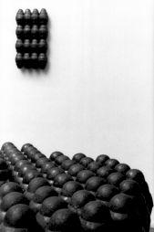"<p>Jürg Moser, au premier plan: ""Révision II"", 1991, graphite - au mur: ""Abwesende Skulptur"", 1991, graphite / Photo: Aline Kundig</p>"