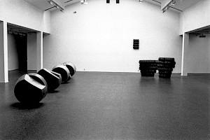 """<p>Jürg Moser (vue d'exposition) à gauche: """"Aus der Serie der Transmissionen"""", 1989, cire - à droite: """"Révision I"""" et """"Révision II"""", 1991, graphite - au mur: """"Abwesende Skulptur"""", 1991, graphite / Photo:  Aline Kundig</p>"""