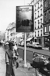 """Affiche de """"La Suisse avant le miracle"""" dans Paris / Photo: Katrin Bötzel — © Centre culturel suisse. Paris"""