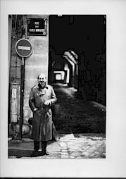 <p>Xavier Koller devant l'impasse des Arlbaletriers, Paris / Photo: D.R.</p>